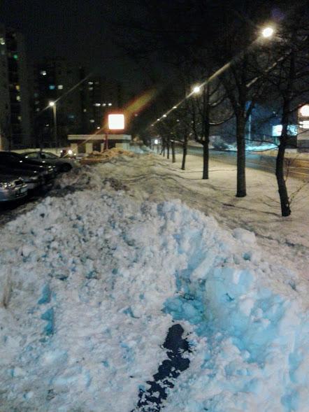 Tavaly a városi balesetmegelőzési bizottsággal közösen kértük a várost, hogy a balesetek után tegyék biztonságosabbá a parkoló becsatlakozását. A város nem, de most a hó segített: itt aztán nem jut el bringás az útcsatlakozásig, így ugye baleset sem érheti...